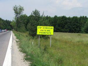 """Panouri de avertizare cu mesajul """"Viaţa are prioritate!"""" pe DN79 şi DN79A"""