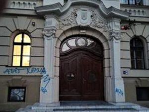Tânăr amendat după ce a mâzgălit pe clădirea Colegiului C. D. Loga